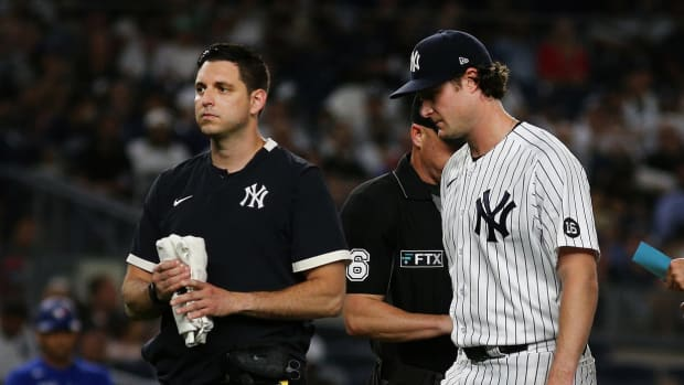 Yankees SP Gerrit Cole leaves game with trainer