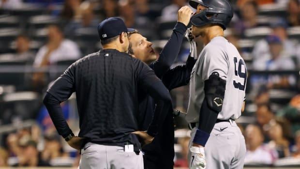 Yankees RF Aaron Judge visited by trainer