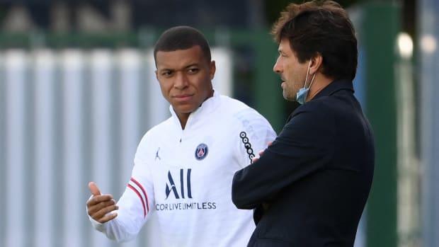 Kylian Mbappé talking with PSG's Leonardo.