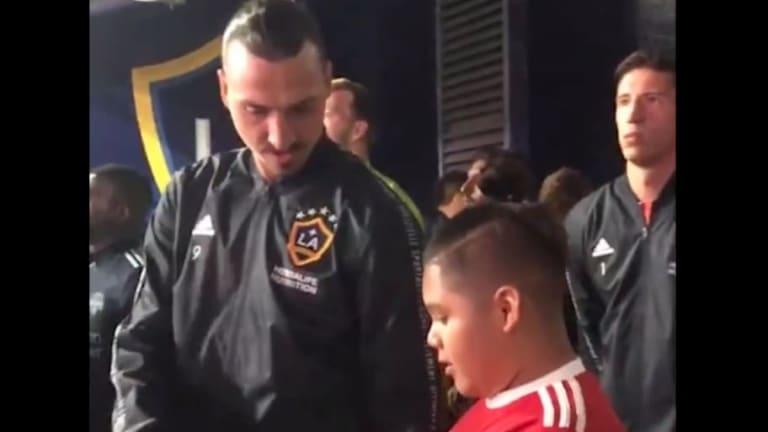 VÍDEO | El enternecedor gesto de Zlatan Ibrahimovic con un niño antes de entrar al campo de juego