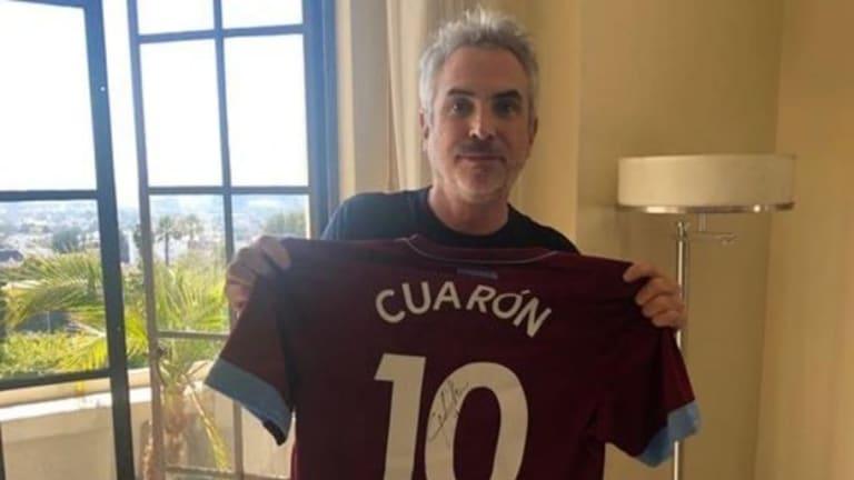 West Ham se une al 'ROMATÓN' y le envía a Alfonso Cuarón playera firmada por el Chicharito