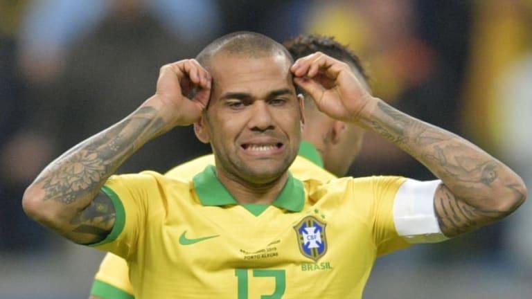 VÍDEO   El buen gesto de Dani Alves con unos niños en la Copa América