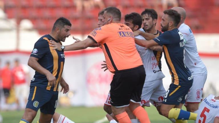 El pelotazo de Néstor Ortigoza que desató la fuerte pelea en Huracán-Rosario Central