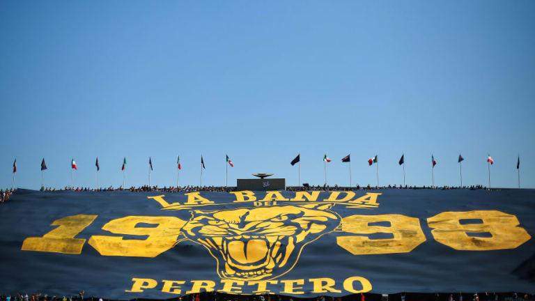 Porra de Pumas sacó la manta más grande de la historia de la Liga MX