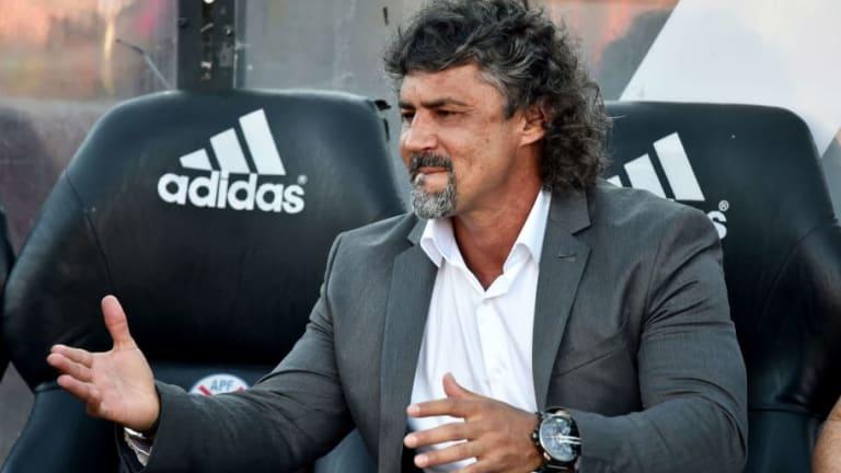 Despiden al entrenador de Libertad de Paraguay tras acusarlo de acostarse con la mujer de un jugador
