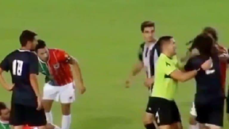 En el ascenso del fútbol argentino, un jugador enloqueció y noqueó a tres rivales