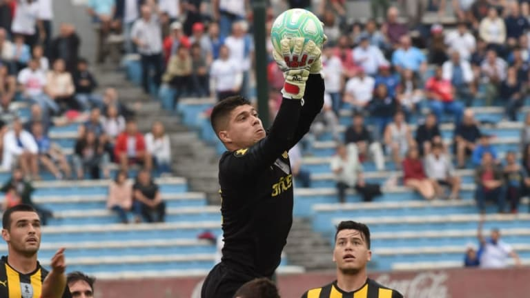 El gran gesto del arquero de Peñarol con un hincha del equipo rival con Síndrome de Down