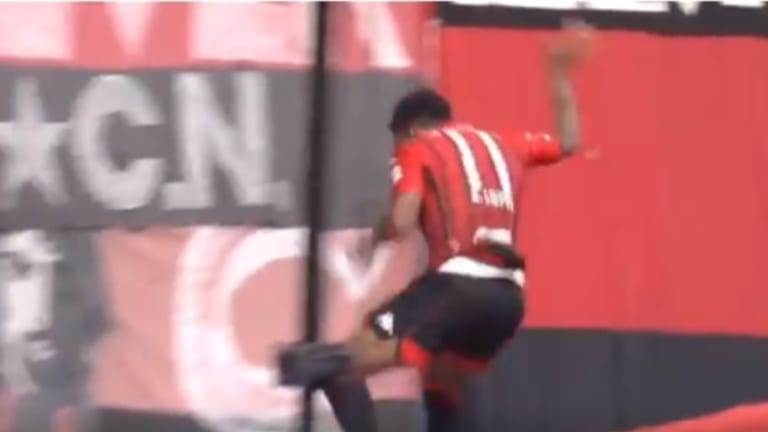 VÍDEO La tremenda caída al vacío de un futbolista al celebrar un gol en Japón