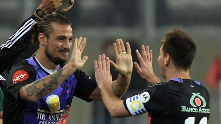 Daniel Osvaldo quiso recordar un caño que le tiró a Messi pero el archivo lo delató
