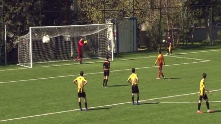 VÍDEO   El admirable gesto de un juvenil del Galatasaray en un penalti que dio la vuelta al mundo