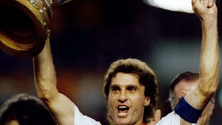 Oscar Ruggeri cargó a chicos brasileños y les recordó el gol de Caniggia en el Mundial 1990