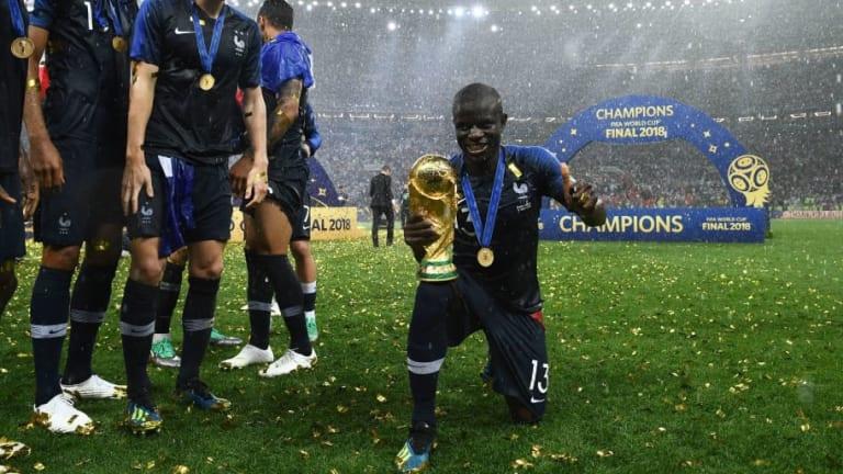 VÍDEO | ¡A Kanté le tuvieron que dar la Copa porque no se atrevía a pedirla!