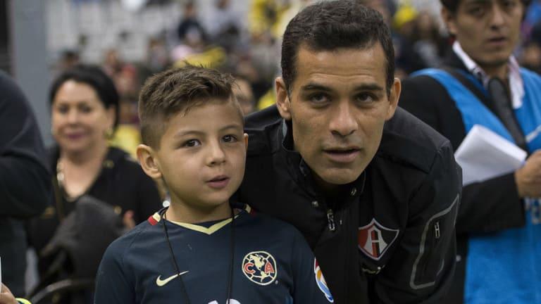 ¡GRANDE, RAFA! | Márquez cumple sueño de un niño del Colegio Rébsamen en el partido ante América