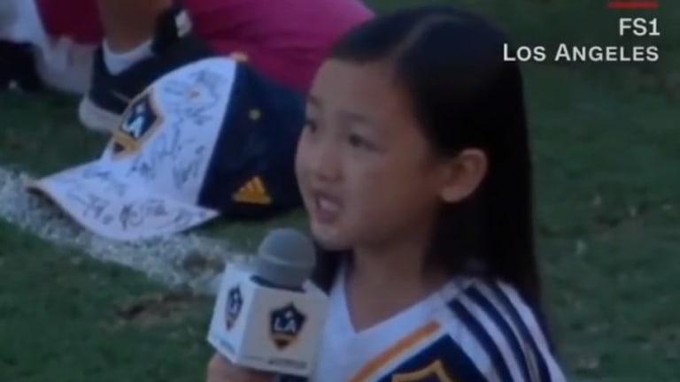 EMOTIVO: Pequeña niña se hace viral cantando el himno de los Estados Unidos en partido de la MLS