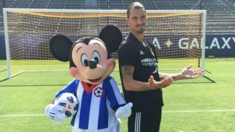 GENIAL: Zlatan se tomó una foto junto a Mickey Mouse en el estadio del Galaxy