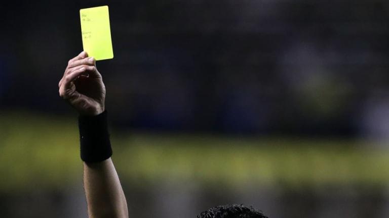 VIDEO | La tarjeta amarilla más rápida y absurda de la historia