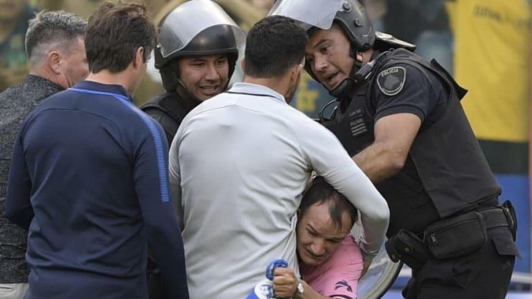 El emotivo gesto de Carlos Tevez con un hincha que se metió al campo de juego de La Bombonera