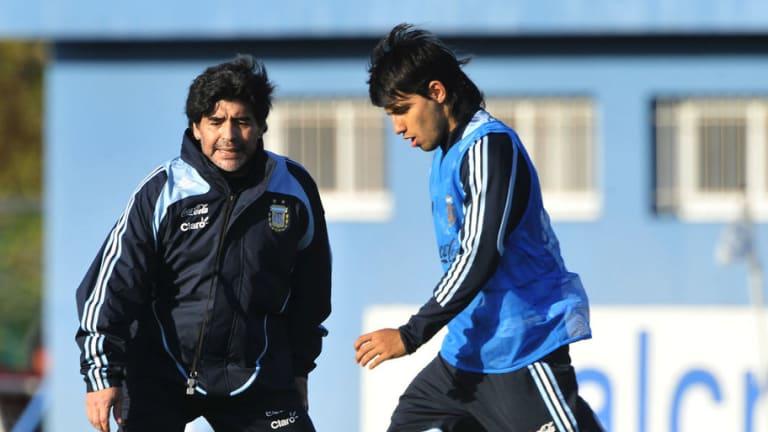 TREMENDO | Diego Maradona borró al Kun Agüero de una foto en su casa