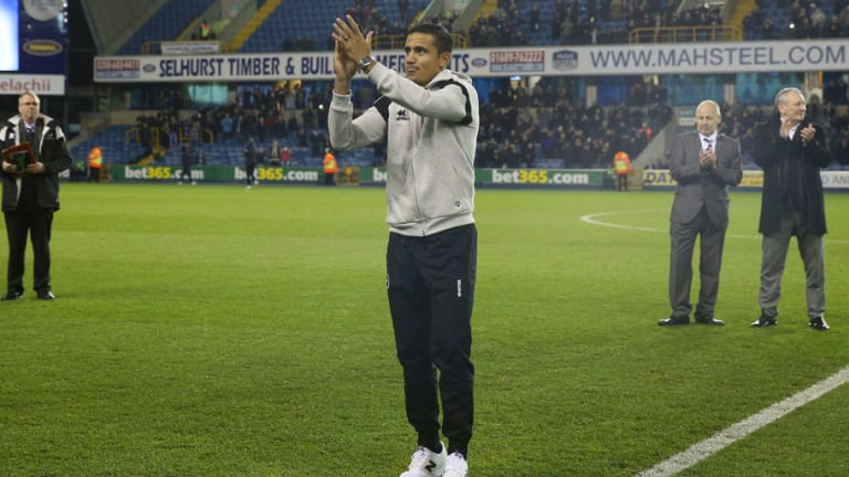 Tim Cahill Celebrates Return to Millwall by Tucking Into A Kebab With His New Teammates