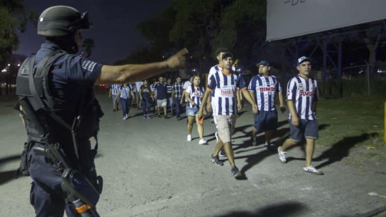 VERGUENZA | La policía huyó en media bronca entre aficionados de Tigres y Rayados