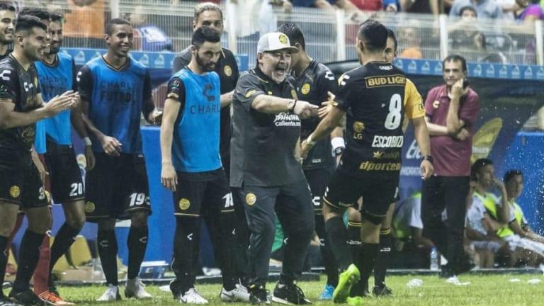 ¡SACÚDELO!   El baile de Maradona al sellarse la victoria de Dorados