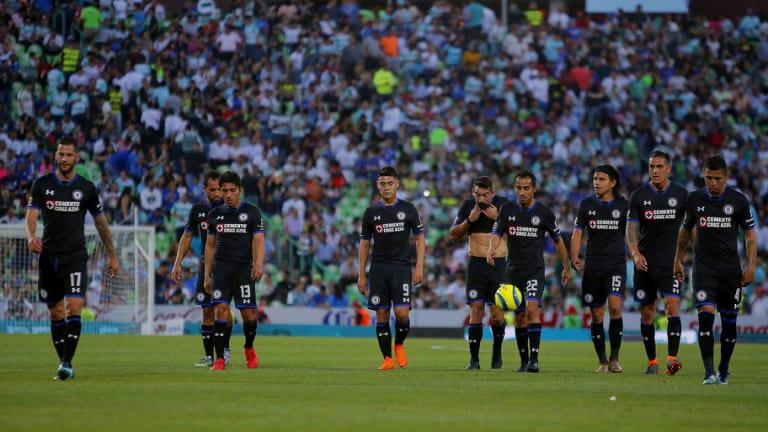 HUMILLANTE   La insólita reacción de un grupo de aficionados azules tras la derrota ante Santos
