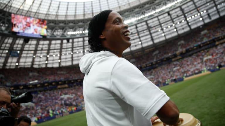Ronaldinho volvió a vestirse de corto para un partido benéfico y nos dejo estos detalles