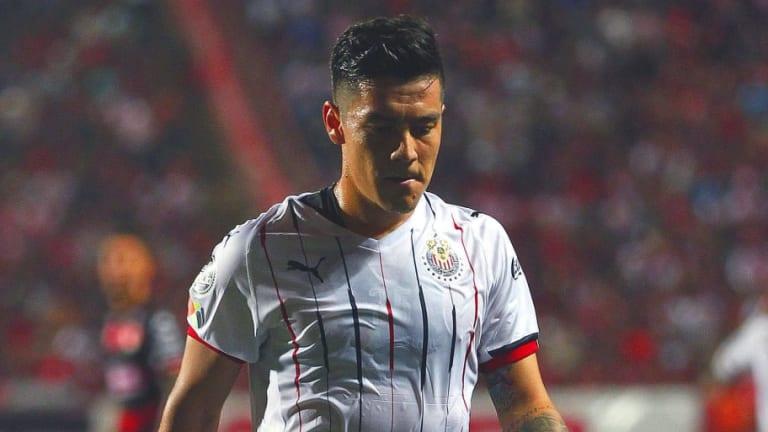 ¡BRONCÓN!   Dos jugadores de Chivas cerca de golpear a Michael Pérez por hacerse expulsar