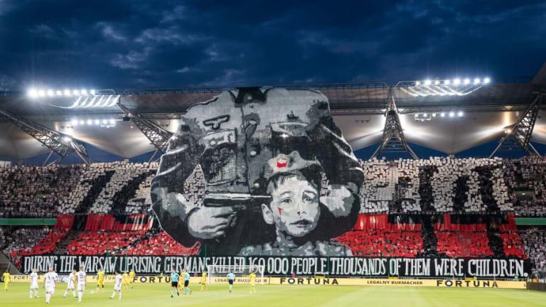 El Legia de Varsovia fue multado por la UEFA y la afición despertó la polémica con su respuesta