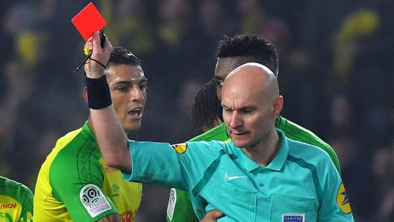 INSÓLITO | Árbitro pega patada a un jugador y lo expulsa en el Nantes - PSG