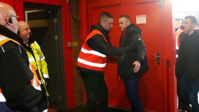 Rooney fue revisado entrando al estadio de Manchester United y la foto le da la vuelta al mundo