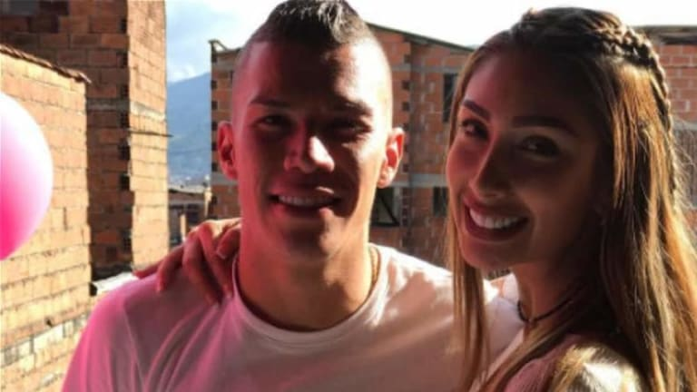 TOTALMENTE APASIONADA   Novia de Uribe se llena de la euforia mundialista