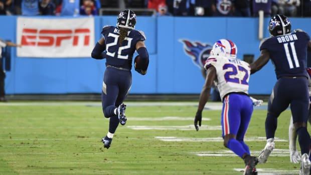 Derrick Henry runs away from the defense for a touchdown