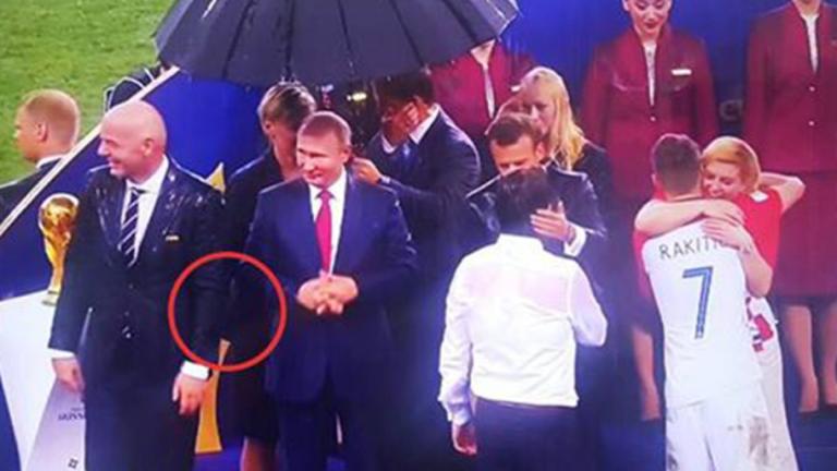 VÍDEO   ¡Una mujer roba una medalla durante la entrega de premios del Mundial!