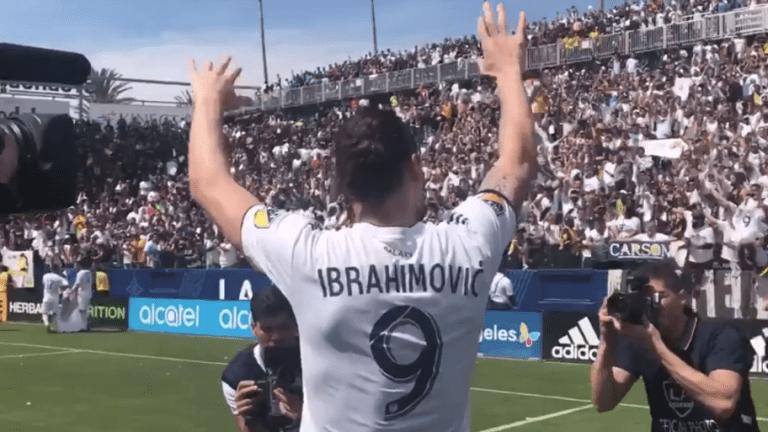 EMOTIVO: Ibrahimovic se acercó a la afición para celebrar el dramático triunfo del Galaxy
