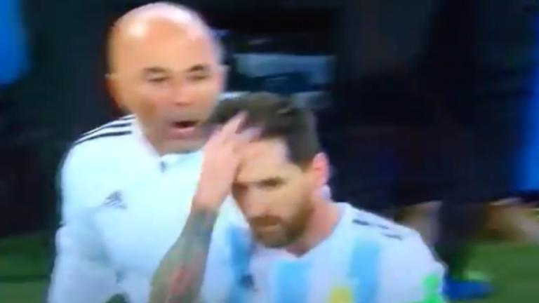 INSÓLITO   ¿Jorge Sampaoli le pide permiso a Messi para hacer un cambio?