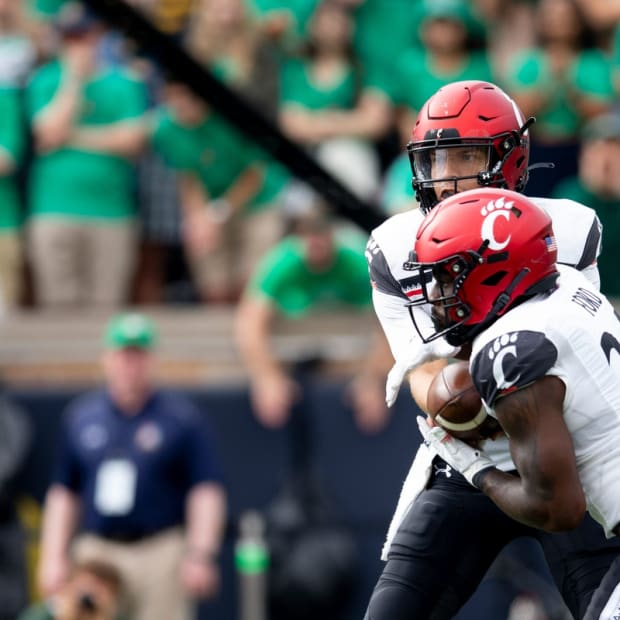 Cincinnati Bearcats quarterback Desmond Ridder (9) hands the ball to Cincinnati Bearcats running back Jerome Ford (24) in the first half of the NCAA football game between the Cincinnati Bearcats and the Notre Dame Fighting Irish on Saturday, Oct. 2, 2021, at Notre Dame Stadium in South Bend, Ind.  Cincinnati Bearcats At Notre Dame Fighting Irish 205