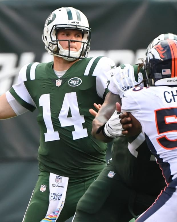 New York Jets quarterback Sam Darnold (14) throws the ball in the third quarter against the Denver Broncos at MetLife Stadium.