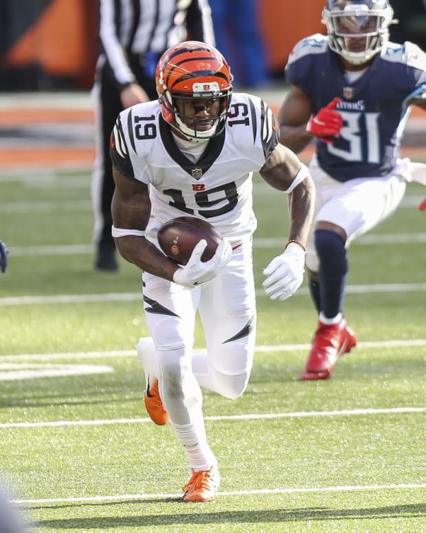 Nov 1, 2020; Cincinnati, Ohio, USA; Cincinnati Bengals wide receiver Auden Tate (19) runs the ball against the Tennessee Titans in the second half at Paul Brown Stadium. Mandatory Credit: Katie Stratman-USA TODAY Sports