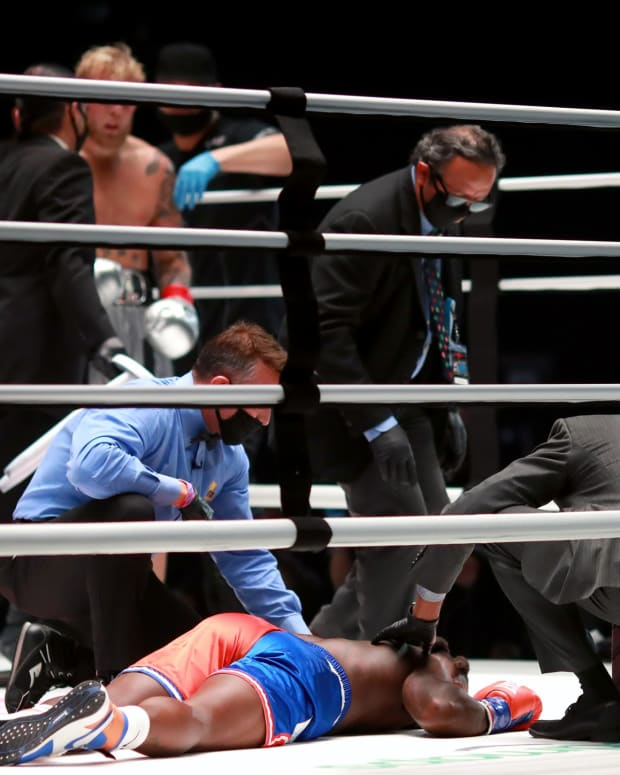 Nate Robinson gets knocked out in his boxing debut.