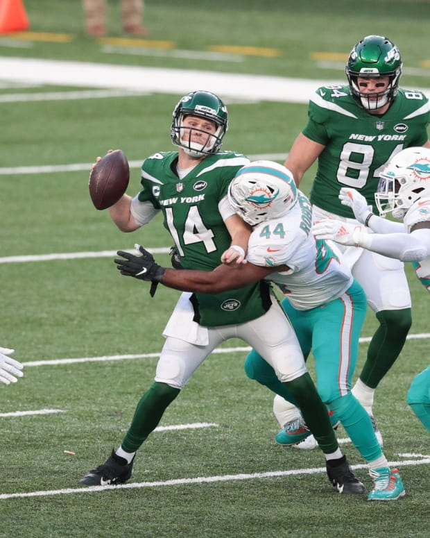 Jets QB Sam Darnold takes hit against Dolphins
