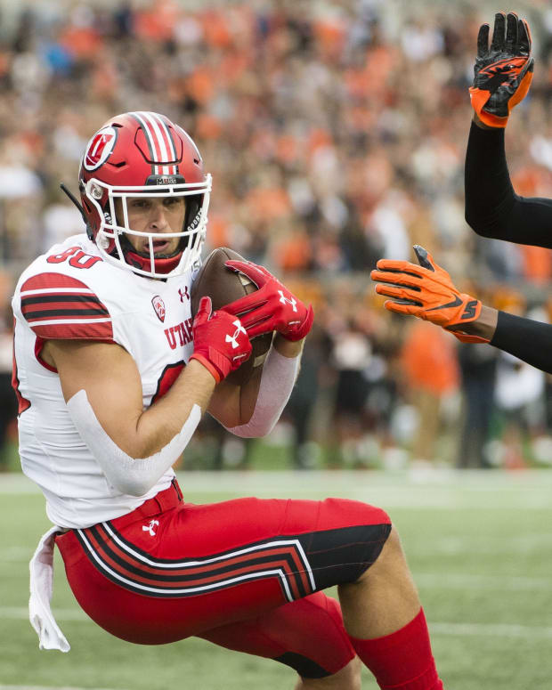 Oct 12, 2019; Corvallis, OR, USA; Utah Utes tight end Brant Kuithe (80) catches a pass for a touchdown against Oregon State Beavers defensive back Nahshon Wright (21) during the first half at Reser Stadium.