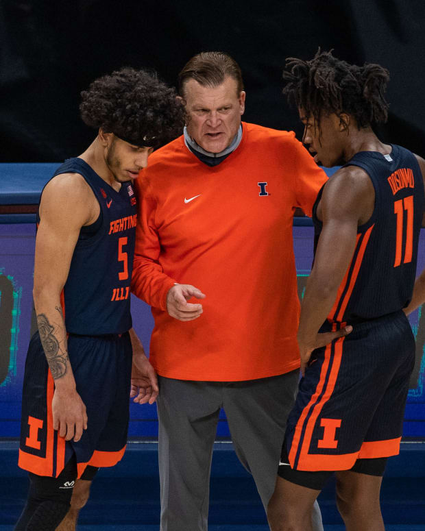 Illinois Fighting Illini head coach Brad Underwood talks with guard Andre Curbelo (5) and guard Ayo Dosunmu (11) in the second half against the Baylor Bears at Bankers Life Fieldhouse.