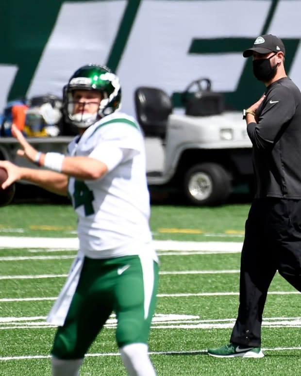 Jets QB Sam Darnold warming up being watched by Adam Gase