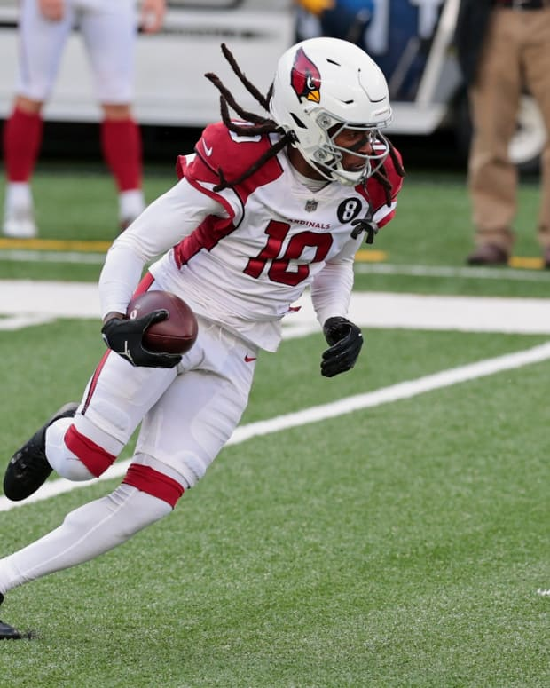 Arizona Cardinals wide receiver DeAndre Hopkins (10) runs the ball against the New York Giants during the first half at MetLife Stadium.