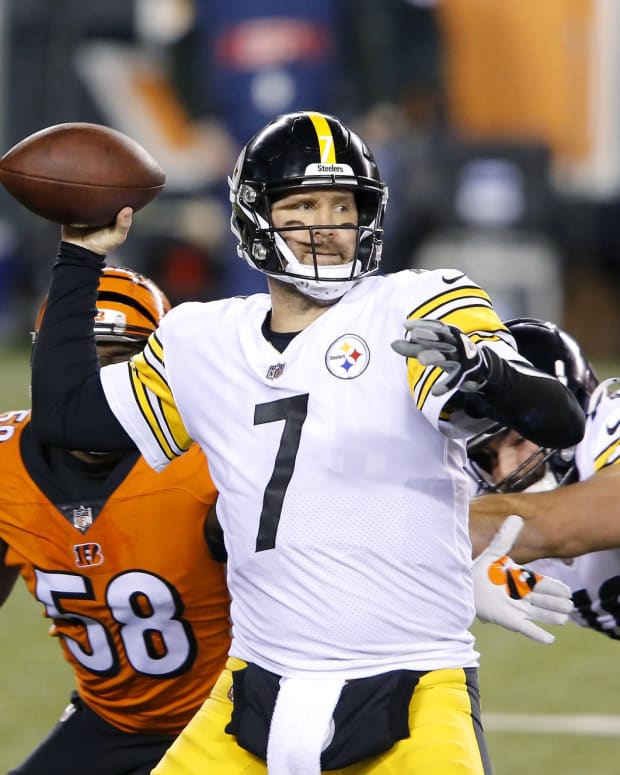 Dec 21, 2020; Cincinnati, Ohio, USA; Pittsburgh Steelers quarterback Ben Roethlisberger (7) drops to throw during the first quarter against the Cincinnati Bengals at Paul Brown Stadium. Mandatory Credit: Joseph Maiorana-USA TODAY Sports
