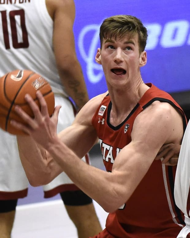 Jan 21, 2021; Pullman, Washington, USA; Utah Utes center Branden Carlson (35) goes up for a basket against Washington State Cougars center Dishon Jackson (21) in the second half of a Pac-12 men s basketball game at Friel Court at Beasley Coliseum.