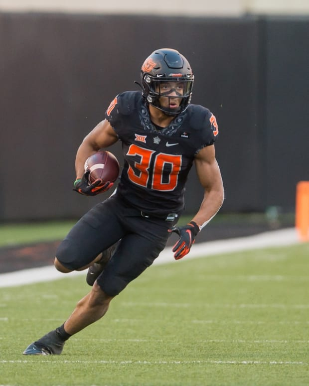 Oklahoma State Cowboys running back Chuba Hubbard (30) runs the ball against the Texas Longhorns during the fourth quarter at Boone Pickens Stadium.
