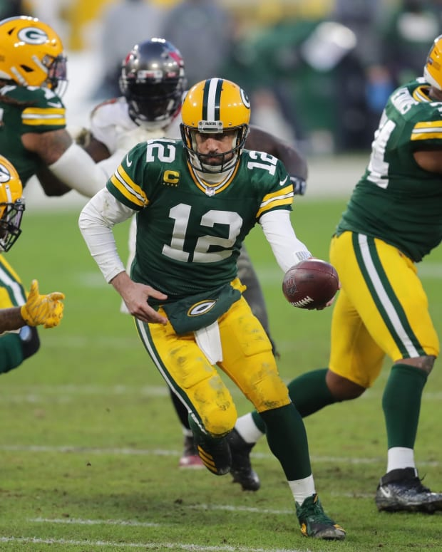 Aaron Rodgers handoff © Mike De Sisti  The  2021 Jan 24