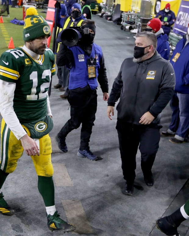 Aaron Rodgers Walk LR © Mike De Sisti  The Milwaukee Jo via Imagn Content Services, LLC